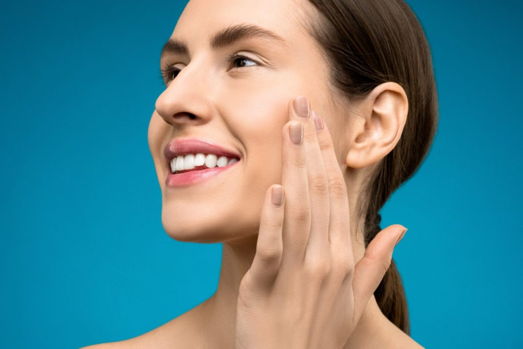 woman-touching-her-cheeks-not tooth infections